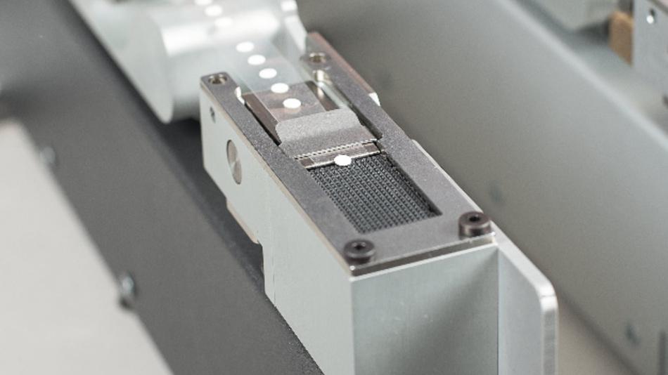 Das Mini-DAE von Schreiner ProTech bietet zuverlässigen Druckausgleich und sicheren Schutz vor Flüssigkeiten und Schmutz für das Klimasteuergerät von First Sensor. Die Verspendung erfolgt über den Slimline Label Feeder von pb tec solutions.