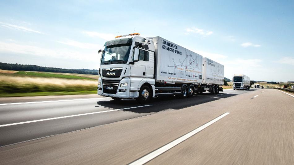 Seit Juni ist im Rahmen eines Pilotprojekts ein MAN-Platoon auf der A 9 im Einsatz. Gemeinsam mit DB Schenker und dem Fraunhofer Institut testet der Hersteller, wie sich die Technik im realen Straßenverkehr bewährt.