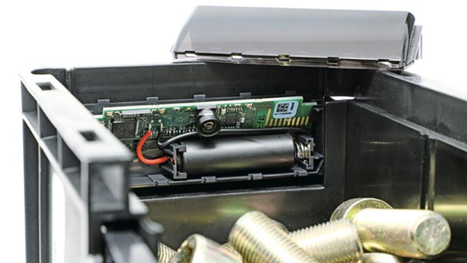 """Bild 2: Im Kleinladungsträger wird der Füllstand per Kamera-Sensor """"TracoBin"""" erfasst und per Funk an das Gateway übermittelt."""