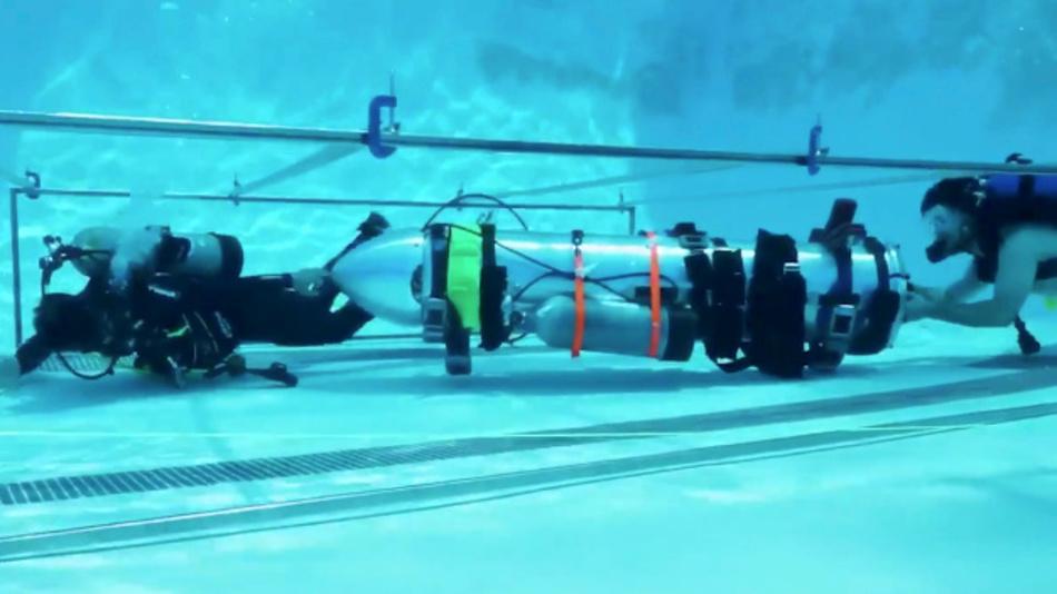 Mit diesem U-Boot, das so große wie ein Kind ist und hier im Schwimmbecken Tests unterzogen wird, will Elon Musk helfen, die eingeschlossenen Fußballer aus der überfluteten Höhle in Thailand zu retten.