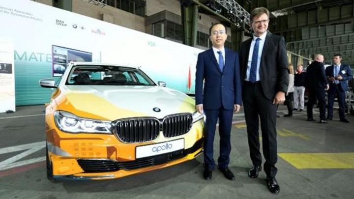 Unterzeichneten eine Absichtserklärung  am 10.07.2018 in Berlin: Zhenyu Li, Vizepräsident und General Manager der Baidu Intelligent Driving Group, und Klaus Fröhlich, Mitglied des Vorstands von BMW, Entwicklung.