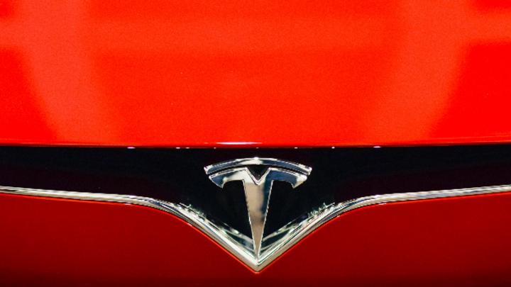 Das Logo der Marke Tesla, aufgenommen an einer Elektrolimousine Model S