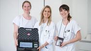 Schweizer Studienärztin Dr. med. Lia Bally (Mitte) präsentiert das »Closed-loop«-System mit den Studienassistentinnen Svenja Heger (links) und Eveline Andereggen (rechts).