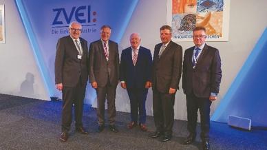 Von Michael Ziesemer (links), Präsident des ZVEI, wurden die Unternehmer Felix G. Hensel (2.v.l.) und Walter Mennekes (Mitte) für ihr herausragendes ehrenamtliches Engagement mit der goldenen Ehrenplakette des Verbandes ausgezeichnet.