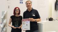 Verdienter 2. Platz für Solare Datensysteme: Auf der Intersolar hat elektrobörse smarthouse Redakteurin Cornelia Meier (li.) Urkunde und Pokal an CEO Dr. Frank Schlichting übergeben.