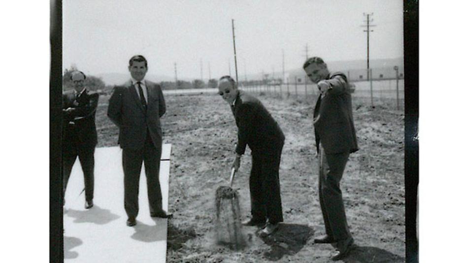 Bild 1. Die Intel-Gründer Gordon Moore (mit der Schaufel), Robert Noyce (rechts) und zwei Unbekannte helfen bei der Grundsteinlegung für den neuen Firmensitz SC1 am 21. April 1970