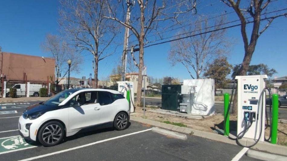 An der Schnellladestation in Union City werden nun alte BMW i3-Akkus als Energiespeicher eingesetzt.