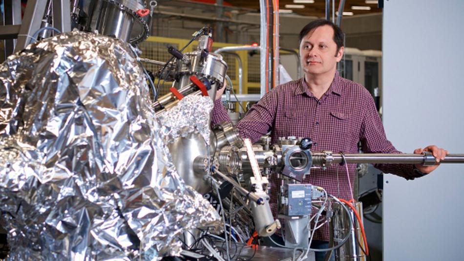 Vladimir Strocov an der ADRESS-Strahllinie der Synchrotron-Lichtquelle Schweiz am Paul-Scherrer-Institut, wo die GaN-HEMTs untersucht wurden.