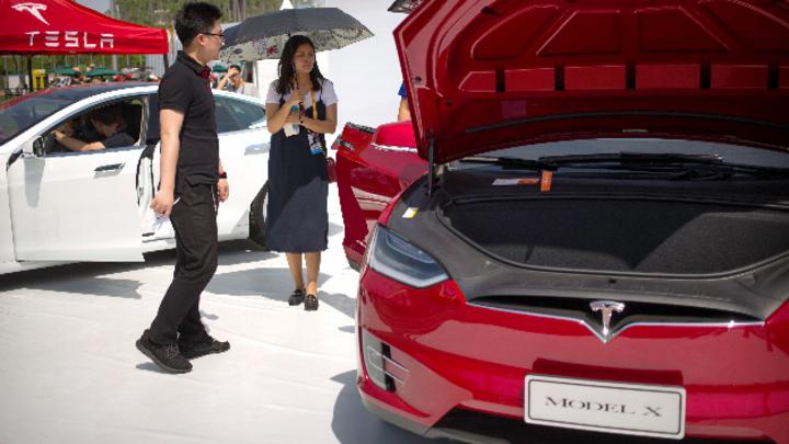 Besucher schauen sich ein Tesla Model X auf dem G Festival an, Teil der Global Mobile Internet Conference (GMIC).