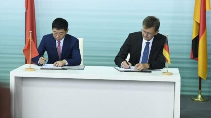 Unterzeichnung der Joint-Venture-Vereinbarung zwischen BMW und Great Wall Motor zur Produktion von elektrischen Minis in China: Wei Jianjun, Gründer und Chairman von Great Wall Motor (links), und Klaus Fröhlich, Mitglied des BMW-Vorstands Entwicklung