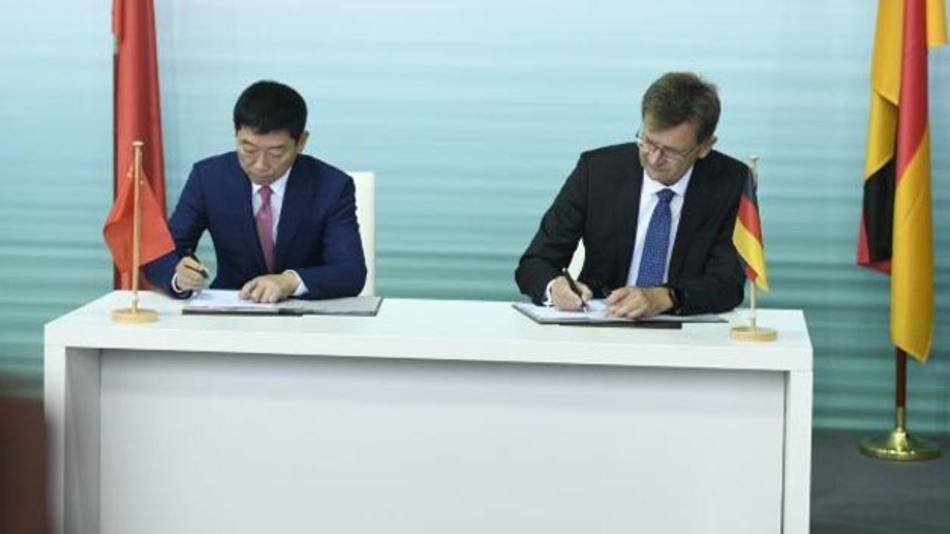 Unterzeichnung der Joint-Venture-Vereinbarung zwischen BMW und Great Wall Motor zur Produktion von elektrischen Minis in China: Wei Jianjun, Gründer und Chairman von Great Wall Motor (links), und Klaus Fröhlich, Mitglied des BMW-Vorstands Entwicklung.