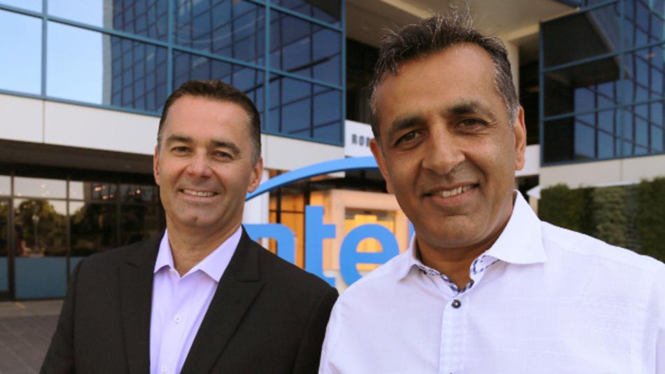 Dan McNamara (left), Corporate Vice President and General Manager der Programmable Solutions Group von Intel, mit Ronnie Vasishta, vor dem Hauptsitz von Intel in Santa Clara: Die Kombination der Structured ASICs von eASIC und der FPGAs von Intel soll neue Märkte in 5G, KI und im Industrial Internet erschließen.