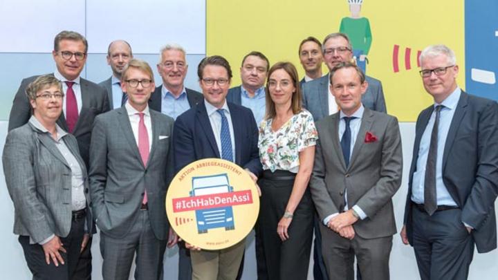 Bundesminister Andreas Scheuer hat die Aktion Abbiegeassistent ins Leben gerufen, an der sich beispielsweise  Edeka/Netto Marken-Discount, Aldi Nord, Aldi Süd, Alba oder DB Schenker beteiligen.