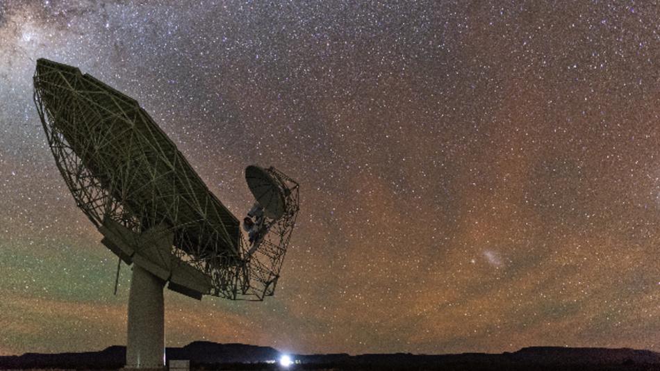 Eine der insgesamt 64 Antennen des Meerkat-Radioteleskops steht in der Halvwüste Karoo in der Provinz Nordkap.