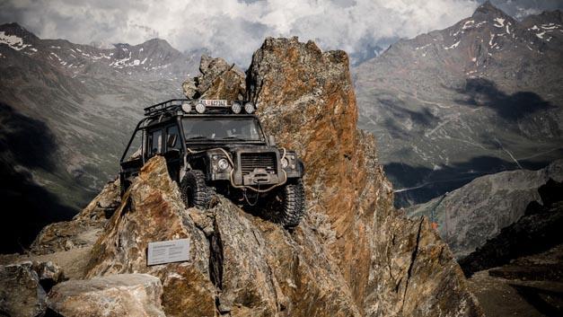 007 Elements ist eine neue Kino-Installation rund um James Bond. Mit dabei ist Jaguar Land Rover, dessen Modelle seit 1983 in neun James-Bond-Filmen vertreten sind. Der Hersteller zeigt dabei auch neue Technologien.
