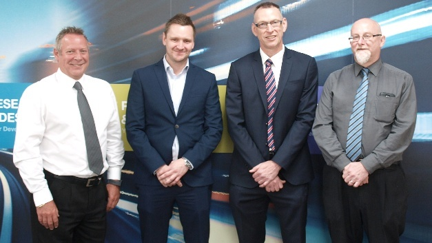 von links nach rechts: Steve Hallgate (Senior product manager, IP&E), Farnell element14; Dave Beck (Head of Product management IP&E, Farnell element14); Ian McStay (Sales manager APEM) und Keith Forbes (Supplier account manager IP&E, Farnell element14)