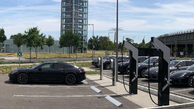 Der Porsche Schnellladepark in Berlin-Adlershof.