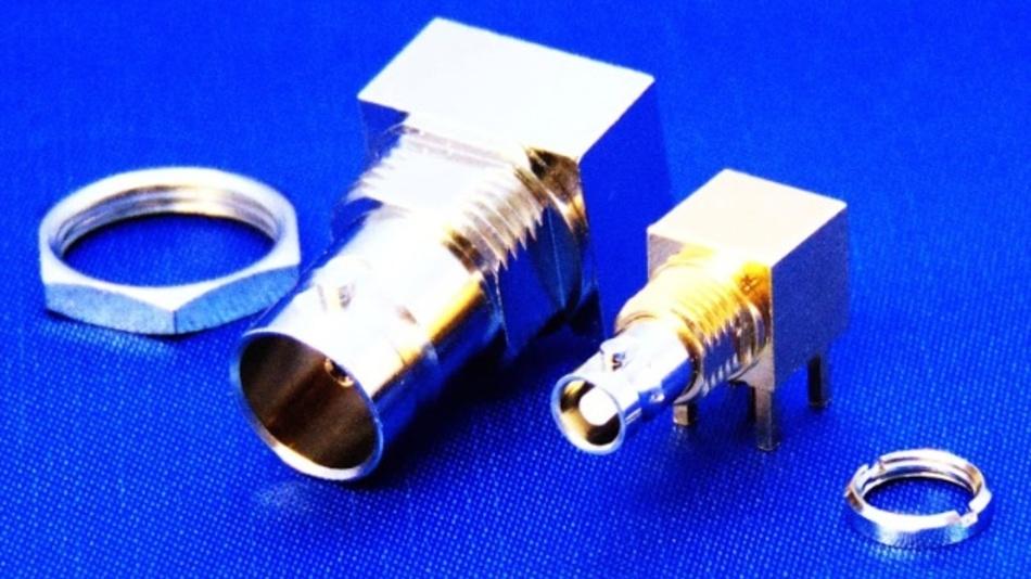 """Bei hoher Auflösung:   Cambridge Electronic Industries hat eine Reihe an Hochgeschwindigkeits-Micro-BNC-Steckverbindern entwickelt, die sich für 12G-SDI-Kameras und Broadcast-Equipment eignen. Die Serie """"CoaXVision Micro BNC"""" ist laut Unternehmensangabe ein Drittel so groß wie Standard-BNC-Steckverbinder und enthält Stecker in verschiedenen Konfigurationen, die an ein Kabel oder eine Leiterplatte angeschlossen werden können. Verfügbar sind diagonale Dual-Port-Steckverbinder, ein gestapelter Dual-Port-Steckverbinder und eine wechselbare Schnittstellenpalette, die alternative Schnittstellen in einem Single-Board-Design bietet. Die Steckverbinder sind außerdem mit verschiedenen Montagemöglichkeiten erhältlich: rechtwinklig, kantenmontiert, oben und mit verschiedenen Schenkel- und Körperlängen. Die Micro-BNC-Steckverbinder sind kompatibel mit HD-BNC und Ultra-Tiny-BNC und die kabelmontierten Steckverbinder sind mit verschiedenen Kabeln wie Belden 1694A, 1855A, 4694R, 4855R und 4505R kompatibel."""