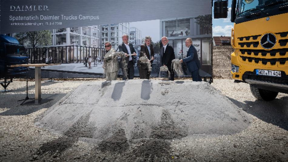 Beim symbolischen Spatenstich für den neuen »Daimler Trucks Campus« in Leinfelden-Echterdingen (von links nach rechts): Prof. Manfred Ortner, Architekt, Roland Klenk, Oberbürgermeister der Stadt Leinfelden-Echterdingen, Martin Daum, Mitglied des Vorstandes bei Daimler, Jörg Spies, Vorsitzender des Betriebsrats der Zentrale bei Daimler, sowie Roland Duda, Architekt.