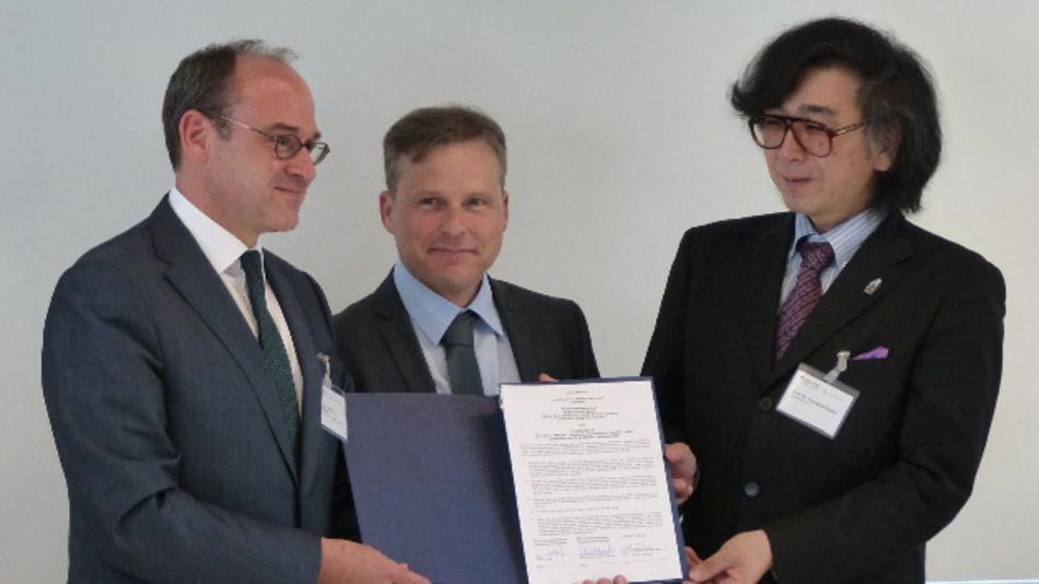 Prof. Dr. Thomas A. Schildhauer, Ralf Wenzel und Prof. Yoshiyuki Sankai unterzeichneten einen Letter of Intent (v.l.n.r.).