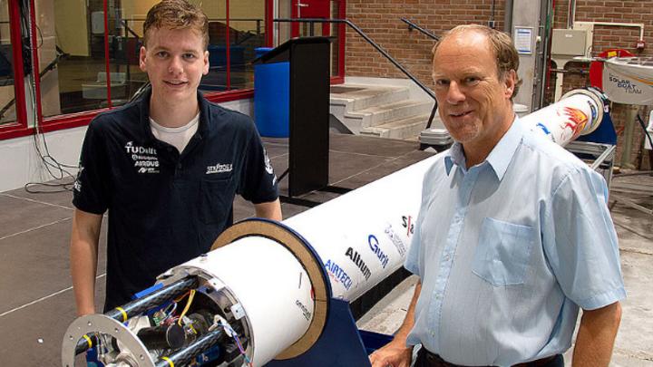 DARE-Teammitglied Casper van Lierop (links) und Faulhaber-Experte Arjan Bos mit der fast fertigen Stratos-III-Rakete.