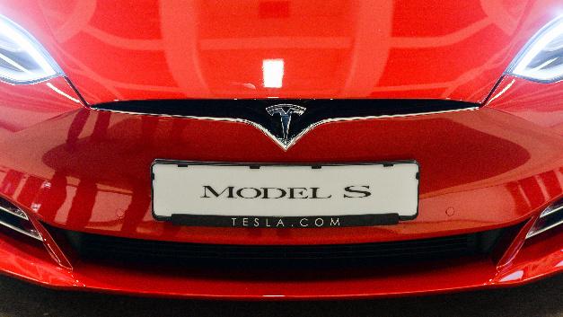 Tesla will für mehrere hundert Käufer seiner Elektroautos in Deutschland die Umweltprämien auslegen, die sie zurückzahlen sollen.