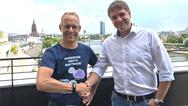 Staffan Dahlström von HMS Industrial Networks und Thomas Schumacher von Beck IPC