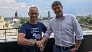 Mit vereinten Kräften: Staffan Dahlström, CEO von HMS Industrial Networks (links), und Thomas Schumacher, Geschäftsführer von Beck IPC, in Frankfurt am Main