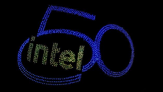 2.018 Drohnen ließ Intel zum 50. Geburtstag bei seiner Firmenzentrale in Snata Clara aufsteigen - Weltrekord.