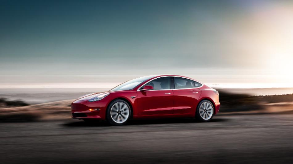 Ein Auto für Männer mit gutem Einkommen und beruflichem Erfolg. Der Tesla-Fahrer ist umweltbewusst, außerdem schlank und sportlich, allerdings auch einigermaßen arrogant.