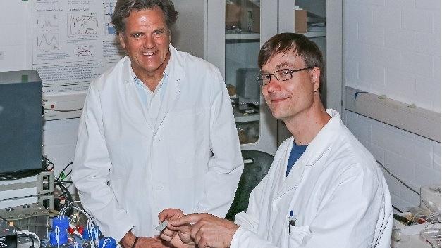 Dr. Klaus Gerwert (links) und Dr. Jörn Güldenhaupt haben den Infrarotsensor entwickelt.