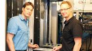 Entwickler des Hochleistungsrechner: Dr. Lars Wienbrandt (l) und Dr. Jan Christian Kässens vom Institut für Klinische Molekularbiologie der Uni Kiel und dem Exzellenzcluster Entzündungsforschung