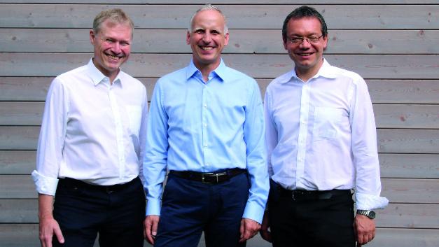 Der Basler-CEO Dr. Dietmar Ley umringt von den Silicon-Software-Geschäftsführern Dr. Klaus-Henning Noffz (links) und Dr. Ralf Lay.