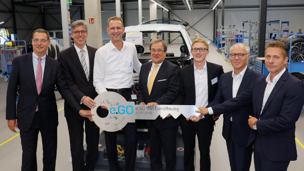 At the symbolic key handover of »Plant 1« to e.GO Mobile (from left to right): Dr. Bernd Bohr (Chairman of the University Council), Marcel Philipp (Lord Mayor of the City of Aachen), Professor Günther Schuh (CEO of e.GO Mobile), Armin Laschet (Prime Minister of North Rhine-Westphalia), Dr. Bastian Lüdtke (Head of »Plant 1« at e.GO Mobile), Stefan Seiberth (President Powertrain Solutions at Bosch) and Monty Klepzig (Architect Pasucha&Klepzig).