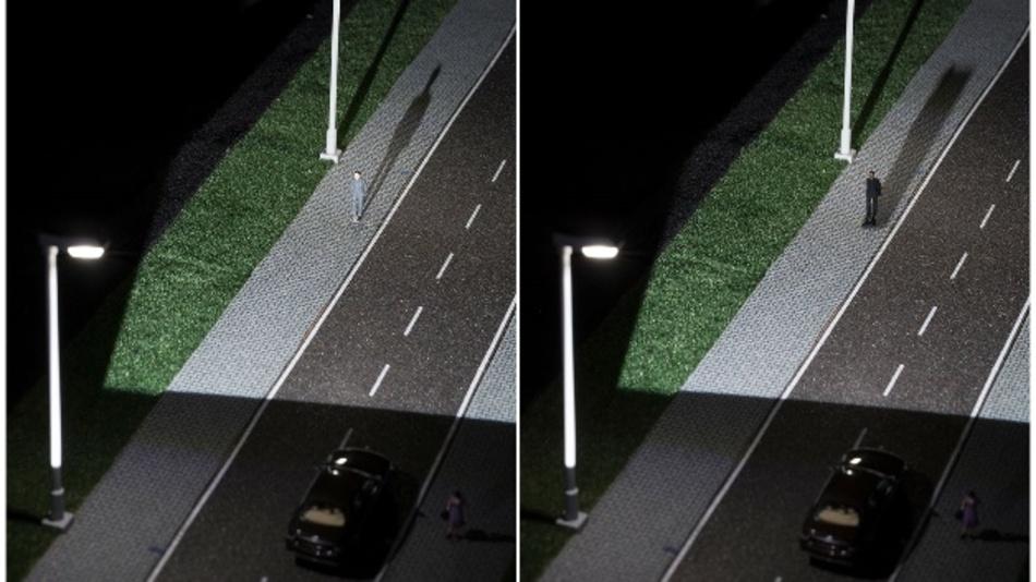 Der Camouflage-Effekt (links) lässt Fußgänger trotz guter Beleuchtung für Autofahrer unsichtbar werden. Intelligent vernetzte Auto- und Straßenbeleuchtung kann den Effekt aufheben (rechts) und mehr Sicherheit bringen
