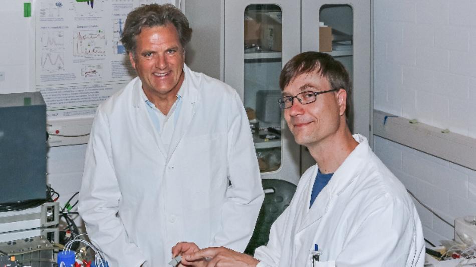 Klaus Gerwert (links) und Jörn Güldenhaupt entwickelten den Infrarotsensor.