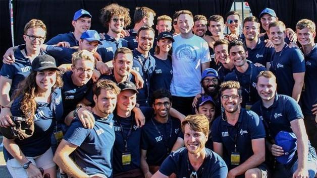 Das Team der TU München zusammen mit Elon Musk