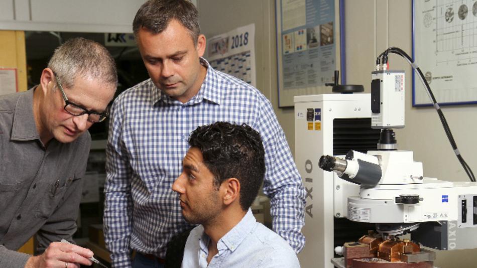 Ingenieure der TU Kaiserslautern: Professor Tilmann Beck (links), Doktorand Shayan Deldar (vorne) und Dr. Marek Smaga haben ein Verfahren zur magnetischen Prüfung von amagnetischen Werkstoffen gemeinsam mit Mainzer Kollegen entwickelt.