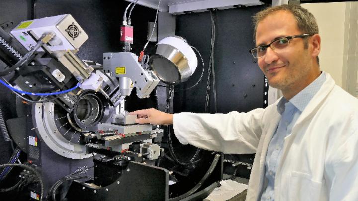 Dr. Claudio Pistidda an einem Diffraktometer zur Prüfung von neuen Wasserstofftanks.