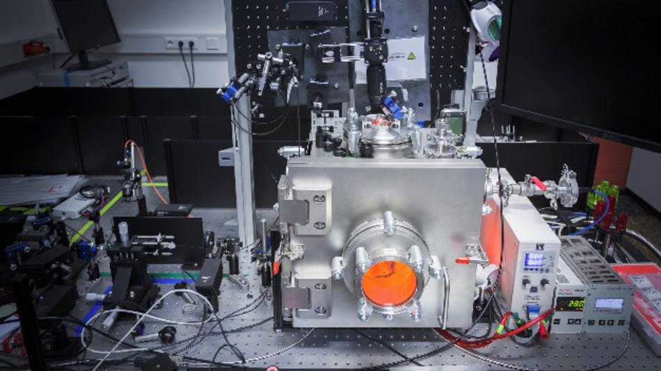 Aufbau im Photonik-Labor: Für die PL-Messung im laufenden LED-Produktionsprozess sind an industriellen Epitaxie-Anlagen nur enge optische Zugänge vorhanden.