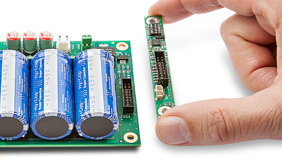 Das Plug-In-Modul lässt sich im Sandwichverfahren auf das COM-Interface der DC-USV aufstecken.