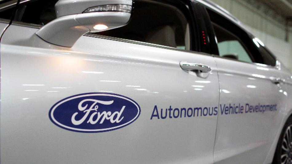 Entwicklungsfahrzeug von Ford mit der Aufschrift »Autonomous Vehicle Development«.