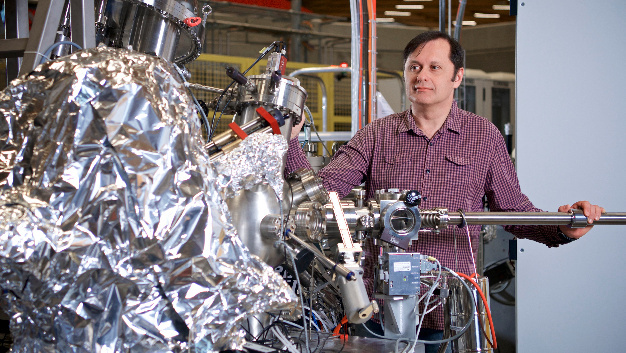 Vladimir Strocov at the ADRESS-Beamline of the Swiss Light Source SLS, where the experiments took place. This ist the world's most intense source for soft X-ray radiation.