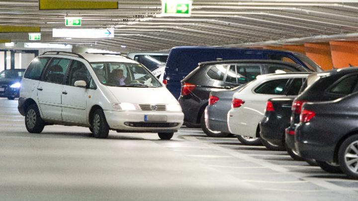 Autos parken in einem Parkhaus.