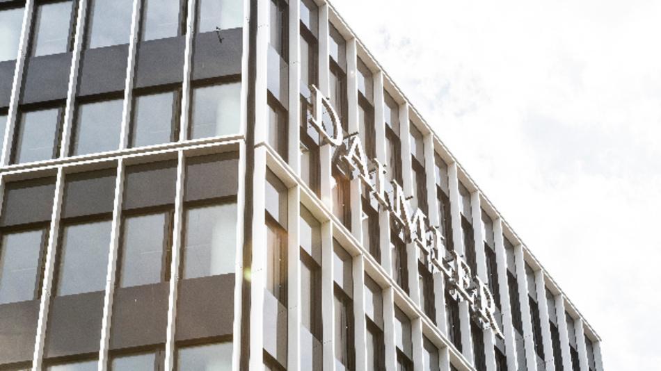 Der Schriftzug »Daimler« an einem Firmengebäude des Unternehmens.