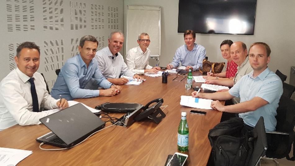 Die Chefetage von Stemmer Imaging und Elvitec bei der Vertragsunterzeichnung