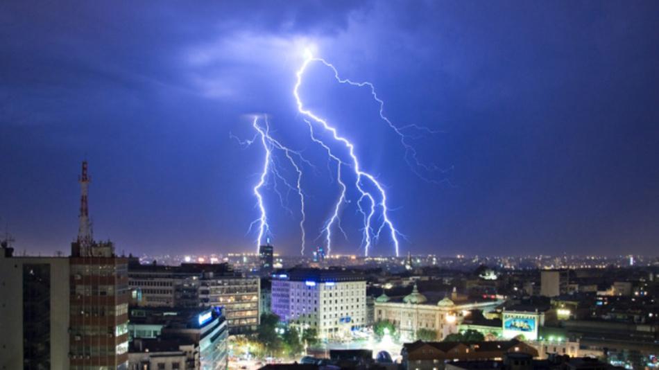 In Deutschlad wurden 2017 rund 443.000 Bodenblitze registriert. Informationen über Einschlagsort, Stärke und Häufigkeit sind für Anlagenbetreiber, Wetterdienste und Versicherungen relevant.