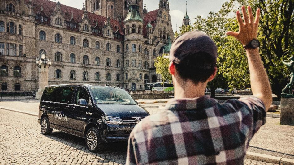 Der Ridesharing-Anbieter MOIA ist aktuell mit 35 Fahrzeugen im Geschäftsgebiet von Hannover tätig – zu erkennen an der Aufschrift.