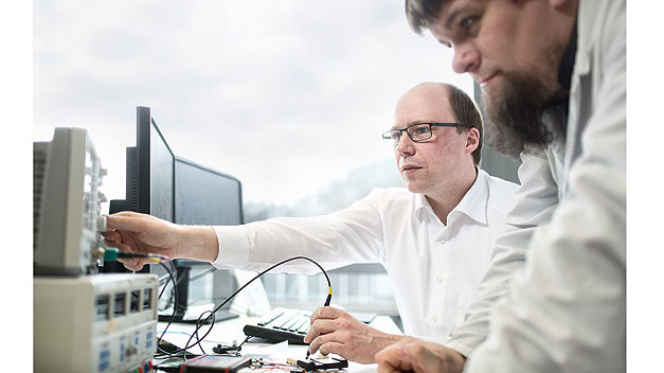 Bild 1. Andreas Lepper (li.) und Florian Simon testen das IVT-F-Messsystem für die Formel E.
