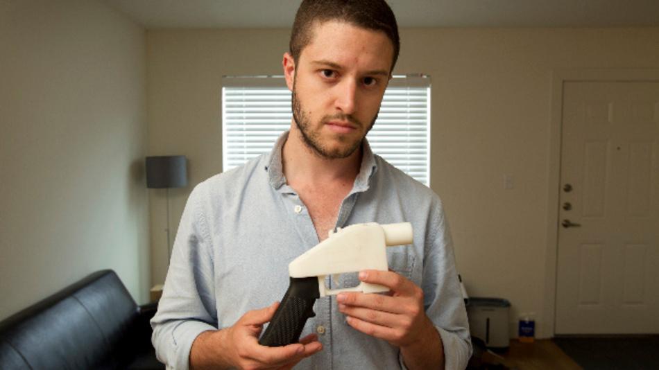 Cody Wilson, Gründer von Defense Distributed, steht mit einer Kunststoff-Pistole aus einem 3D-Drucker in seinem Haus. Ein Bundesgericht in den USA hat die geplante Veröffentlichung von Plänen für die Herstellung von Schusswaffen mittels 3D-Druckern in letzter Minute gestoppt.